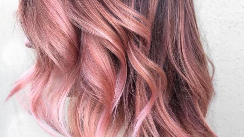 ¡Píntalo de rosa! Amarás los destellos de este balayage 'rose gold' en tu cabello