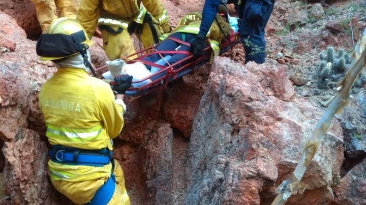 Bomberos de Guaymas rescatan a persona lesionada en zona montañosa