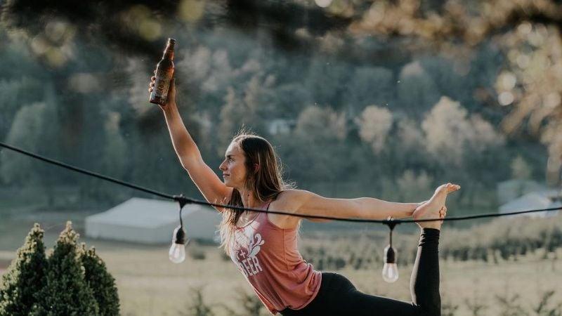 ¿Hacer ejercicio con cerveza? Así es la nueva práctica conocida como 'beer yoga'