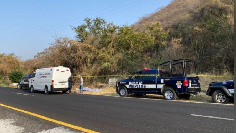 Con signos de violencia, hallan a hombre sin vida junto a la carretera; tenía heridas de bala