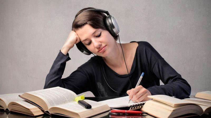 La música de fondo puede afectar tu concentración en el trabajo y estudio