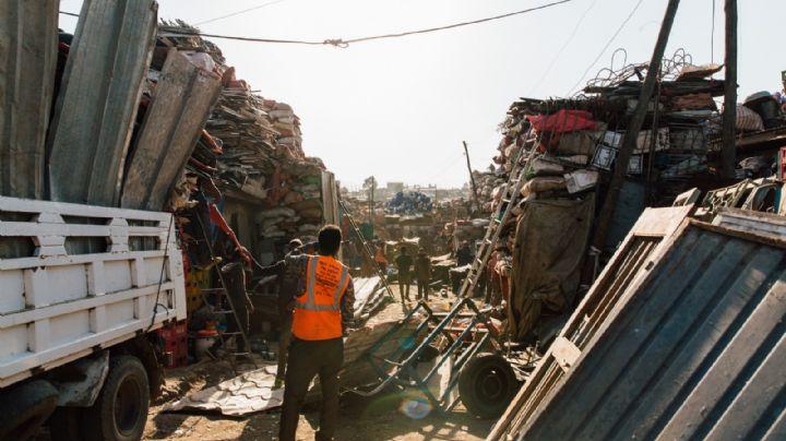 Familia tira por error más de 50 mil pesos a la basura, recolectores ayudaron a recuperar el dinero