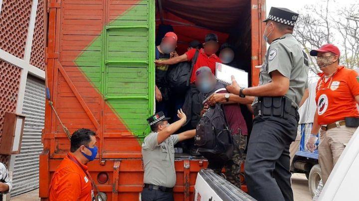 ¡En solo 3 camiones! Hallan hacinados a 329 migrantes; AMLO incrementará operativos