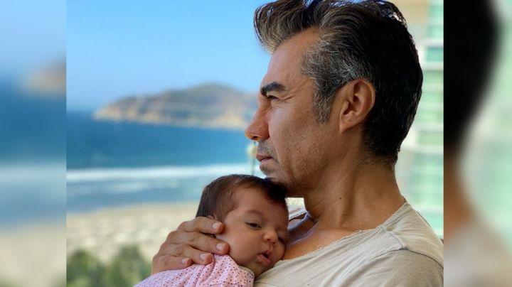 Adrián Uribe llena de ternura Instagram con foto junto a su hija de 5 meses en la playa