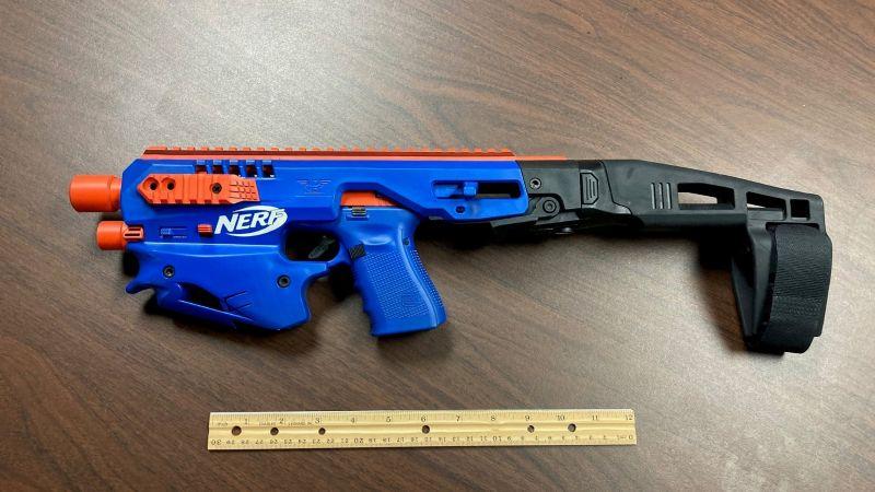 ¡De no creerse! Narcotraficantes 'disfrazan' pistola real como un arma de juguete de Nerf