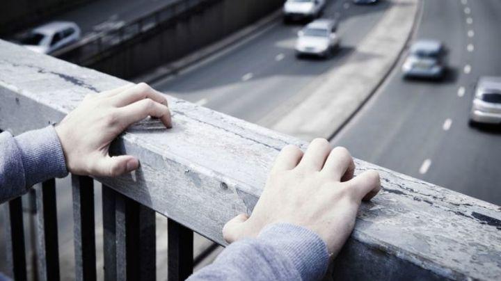 Mujer se avienta desde un puente vehicular y sobrevive; se encuentra grave en un hospital