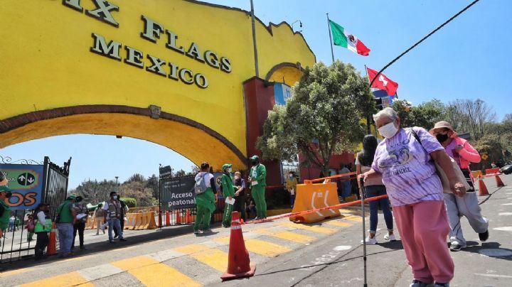 Adultos mayores son obligados a pagar estacionamiento en Six Flags para vacunarse contra Covid-19