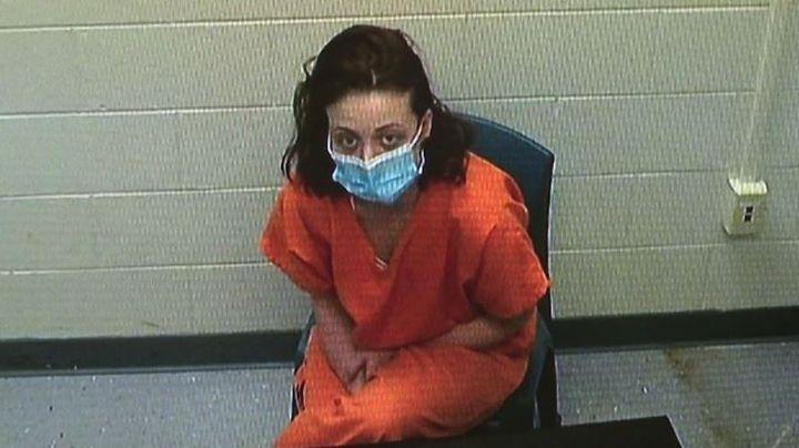 Horrible crimen: Mujer asesina a su padre y a su novio con una pistola de clavos
