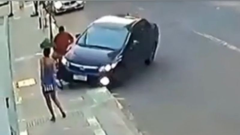 VIDEO: Ladrón termina atropellado y golpeado tras intentar robarle el celular a una mujer