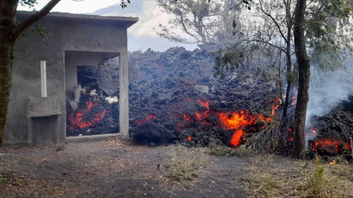VIDEO: Volcán Pacaya sumerge en lava a una casa; el magma avanza 50 metros diarios