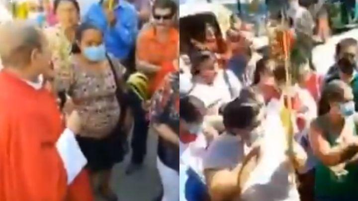 VIDEO: Sacerdote promueve no usar cubrebocas; se lo arrebata a quienes lo traían puesto