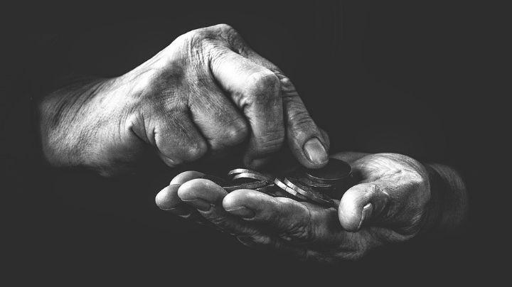 Gemelas vacían la cuenta bancaria de 'abuelitos'; eran los ahorros de toda su vida