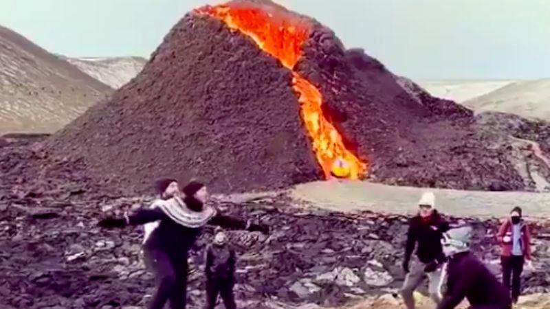 ¡Insólito! Jóvenes juegan voleibol mientras un volcán hace erupción a sus espaldas; difunden VIDEO