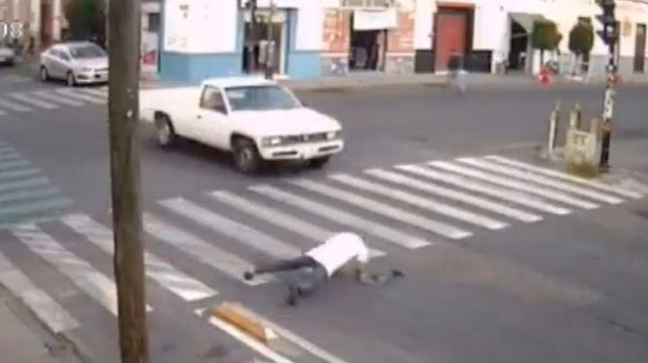 FUERTE VIDEO: Anciano sufre brutal caída en plena calle ¡y se salva de morir atropellado!