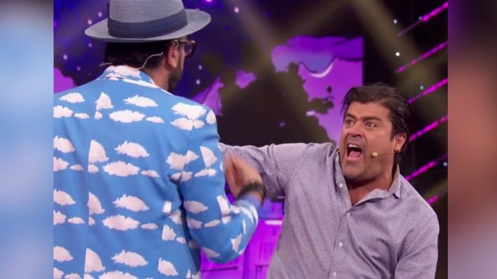 ¡Qué golpazo! Conductor de Televisa da fuerte manotazo al 'Burro' Van Rankin al aire