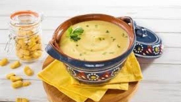 Comienza tus comidas con esta sopa de habas que se convertirá en tu platillo estrella