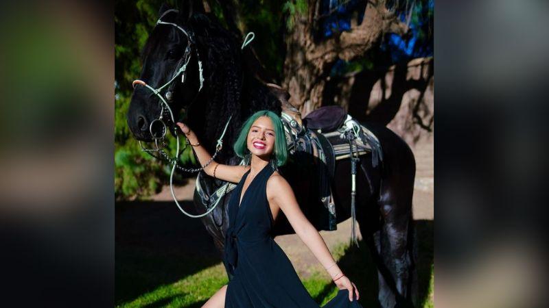 Ángela Aguilar hace gala de su increíble sentido de la moda en vestido morado