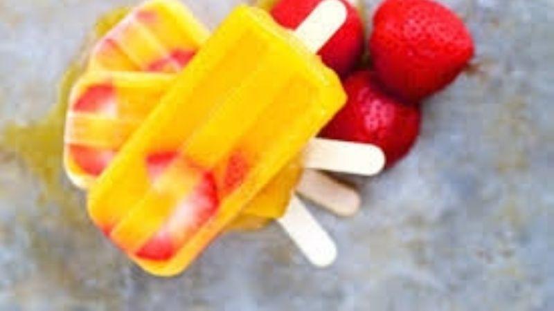 ¡Refrescantes! Disfruta de estas paletas de mango y fresa sin azúcar en todo momento