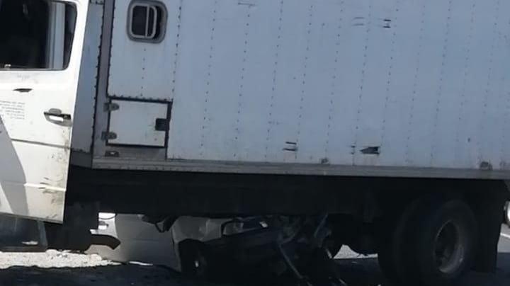 ¡Fatal accidente! Hombre choca contra un camión de carga, queda prensado y pierde la vida