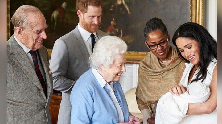 """Oprah revela si fue la Reina Isabel II quien 'despreció' al hijo de Meghan por su """"color de piel"""""""
