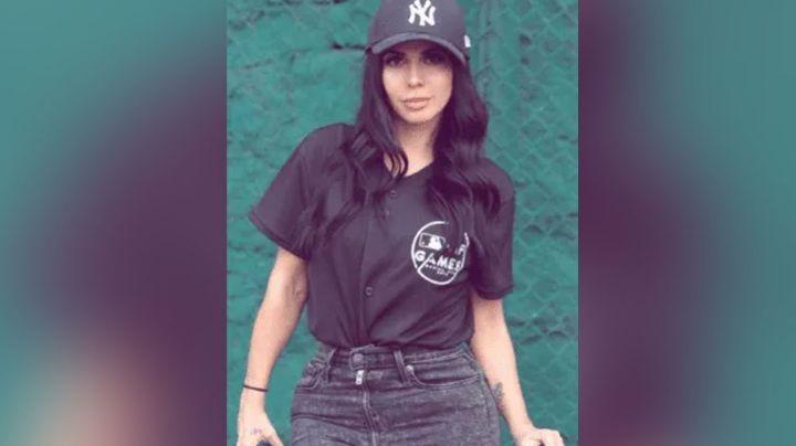 Junto a un mural, Jimena Sánchez derrocha belleza al celebrar el inicio de la MLB