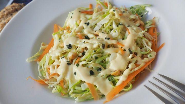 ¿Se te acaban las ideas? Deleita tu paladar con esta ensalada de col y pollo para Cuaresma