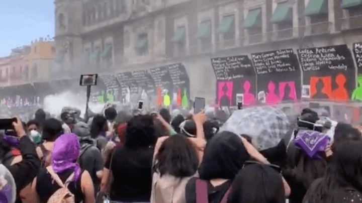 """""""No va a caer, lo vamos a tirar"""": Manifestantes derriban vallas que protegen Palacio Nacional"""