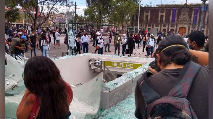 VIDEO: Con mazos, palos y tubos, así destruyeron la entrada de una estación del Metro