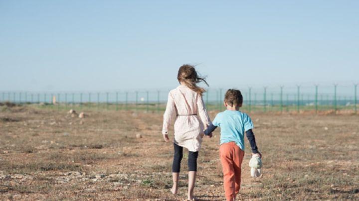 FUERTE VIDEO: El momento en el que 'coyotes' tiran a niñas, de 3 y 5 años, en el desierto de EU