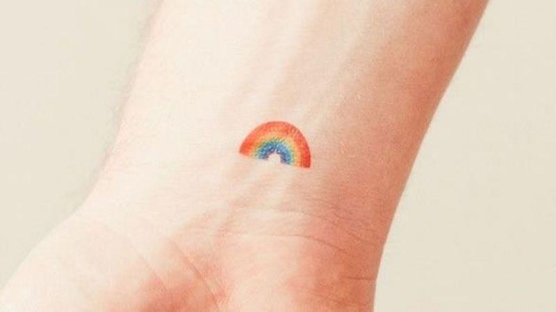 Ve el lado colorido de la vida con estos tatuajes para mujeres de arcoíris