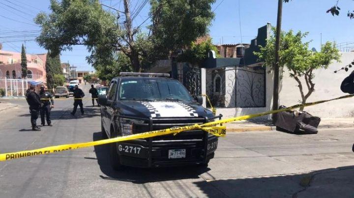 Macabro: Encuentran un sillón sobre la calle; tenía dos cadáveres dentro