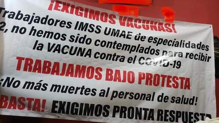 Personal del IMSS Cajeme coloca manta de protesta por falta de vacunación contra Covid-19