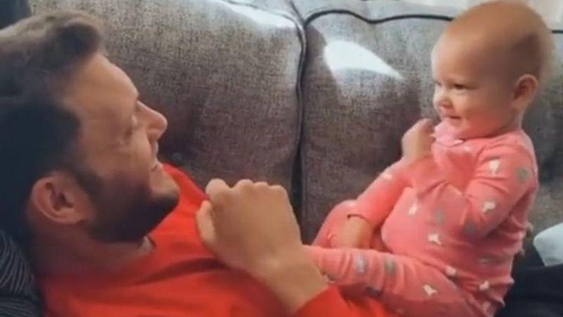VIDEO: ¡Qué tierno! Con lenguaje de señas, bebé se comunica con su padre sordo