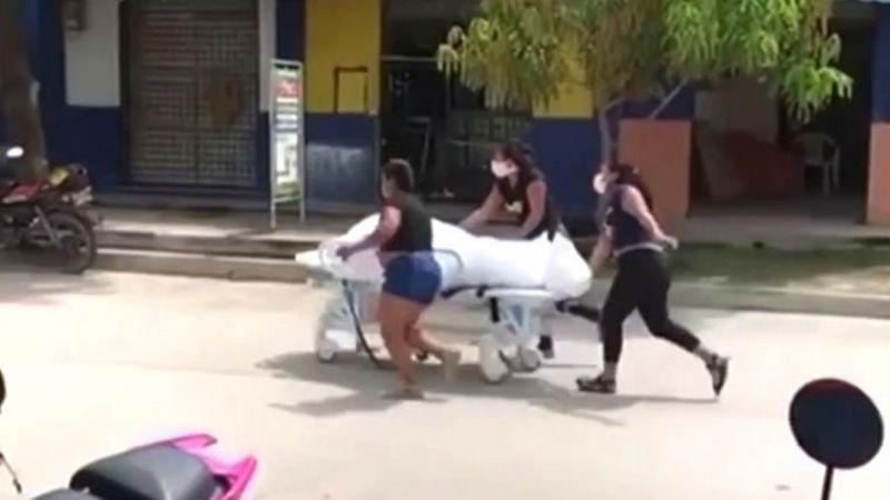 VIDEO: 'Roban' cadáver de hospital y lo empujan por las calles; falleció de Covid-19