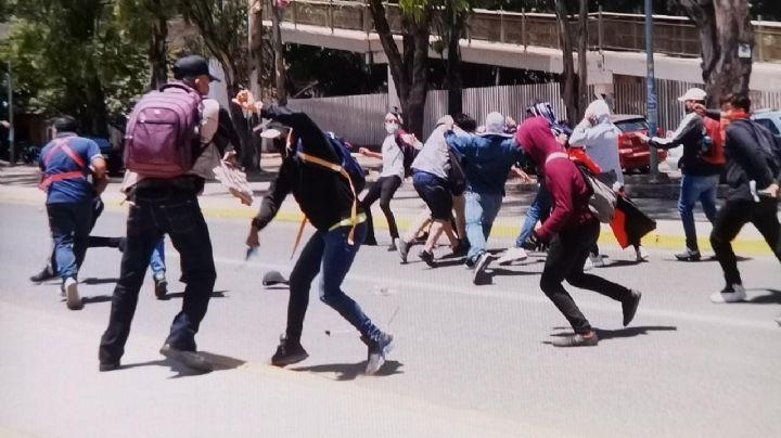 Normalistas de Oaxaca agreden a periodistas por cubrir protestas; hay al menos 4 heridos