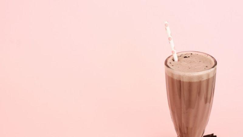 Consiéntete sin perder la figura con esta malteada de chocolate baja en calorías