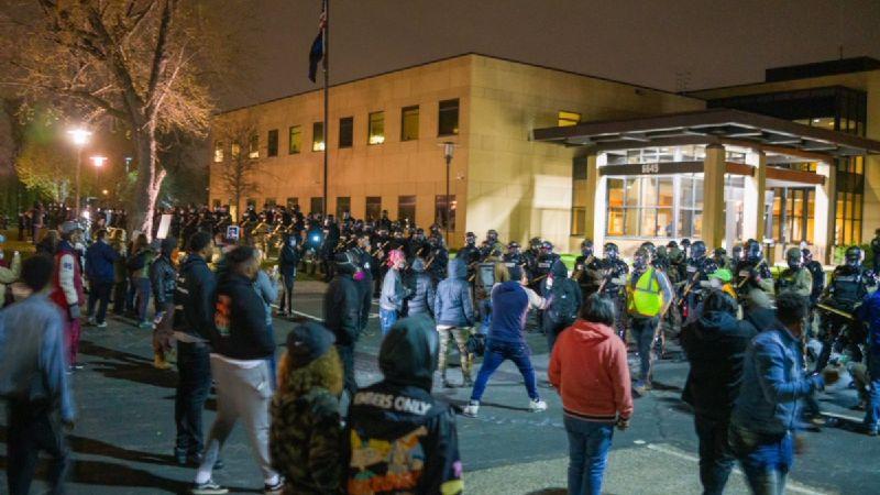 Arde Minneapolis: Decretan toque de queda tras asesinato de joven afroamericano