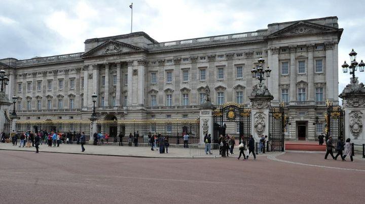 ¡Insólito! Arrestan a un hombre cargando un hacha que se acercaba al Palacio de Buckingham