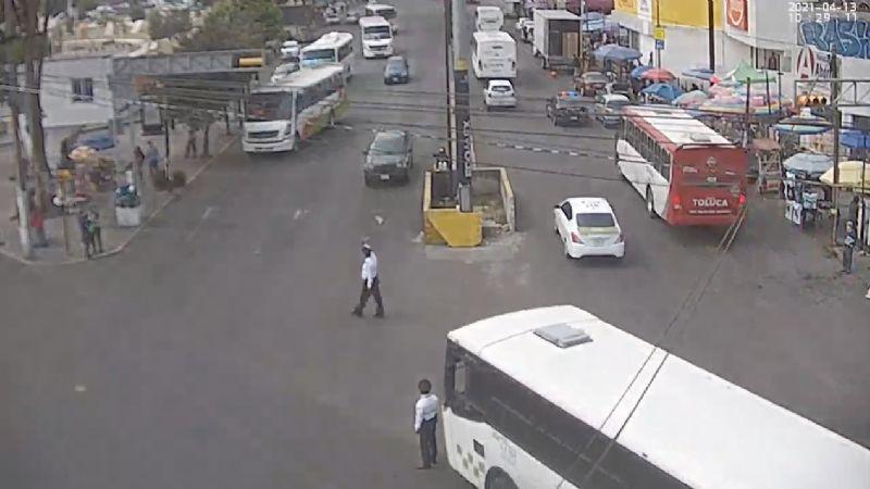 FUERTE VIDEO: Camión de pasajeros embiste a un policía; su rostro fue gravemente herido