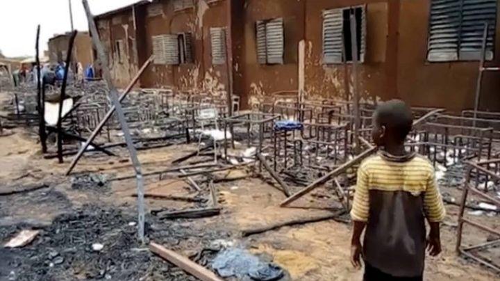 ¡Lamentable accidente! Escuela se incendia y mata a un total de 20 niños; no pudieron salir