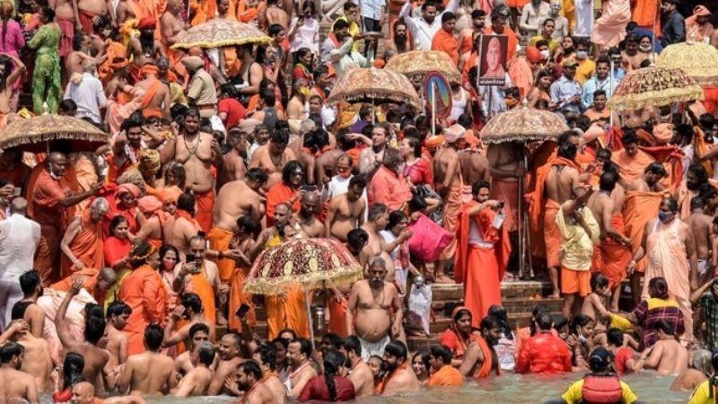 Miles de peregrinos dan positivo a Covid-19 tras asistir a celebración religiosa en la India