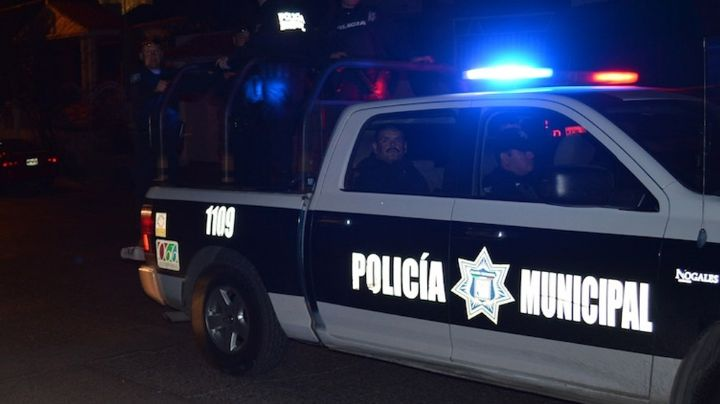 De terror: Sujeto apedrea a familia, rocía gasolina a mujer e incendia auto con niños a bordo