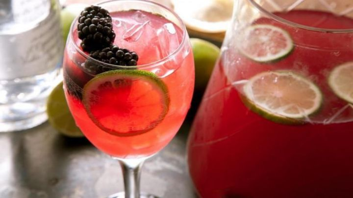 Consiéntete por un momento con ayuda de un maravilloso cóctel de vino rosado
