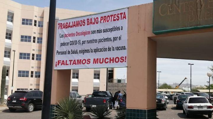 Personal médico de Hermosillo coloca lonas de protesta por falta de vacunación contra Covid-19