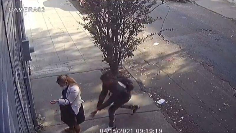 FUERTE VIDEO: ¡De terror! Acosador le levanta la falda a mujer y la toca a plena luz del día