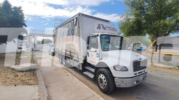 Hermosillo: Por hacer caso omiso, conductor de camión derriba señalamiento en el paso a desnivel
