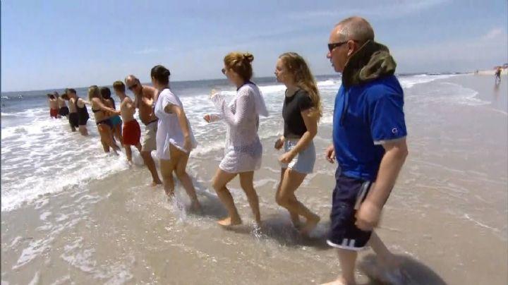 Más de 20 personas forman una cadena humana para rescatar a una mujer de ahogarse