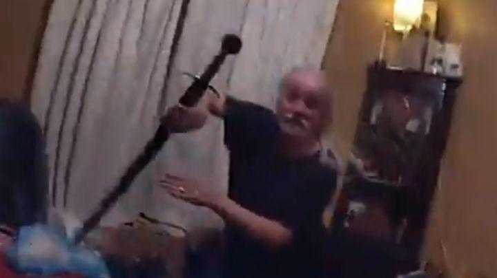 VIDEO: ¡Impactante! Captan el momento en el que un hombre ataca a policías con una espada