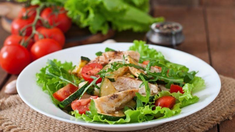 ¿Te sobró pollo de la comida? No lo desperdicies con esta saludable ensalada