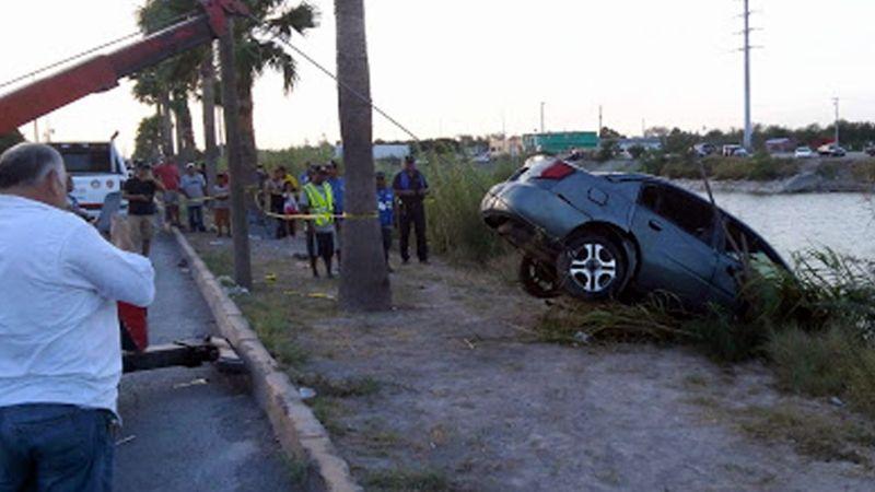 Conductora se salva de morir ahogada en Sonora; su automóvil se precipitó a un canal